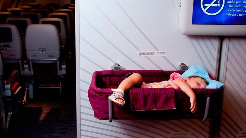 Как перевозить грудничка на самолете