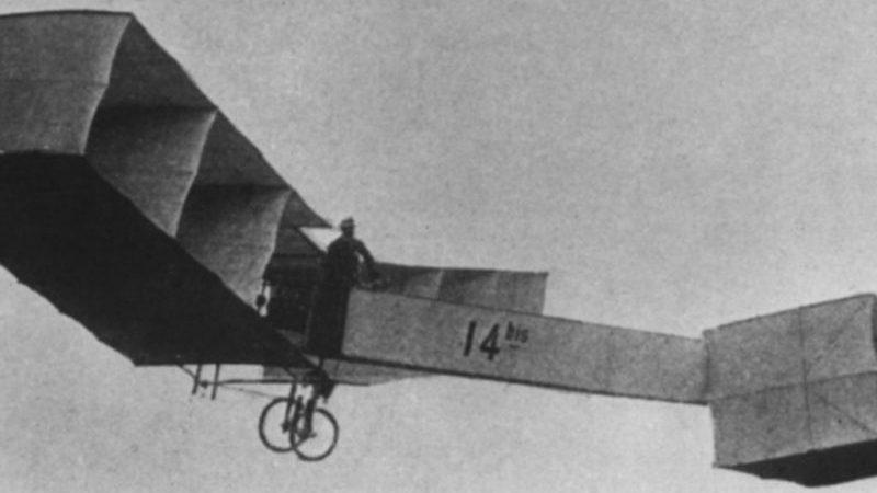 в каком году изобрели самолет