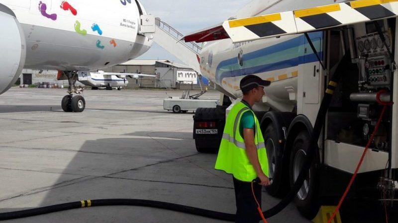 на чем летают самолеты топливо