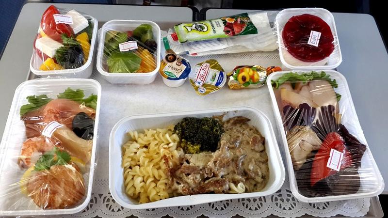 Питание для пассажиров: кормят ли в самолете Победа, и что можно взять с собой из еды и напитков